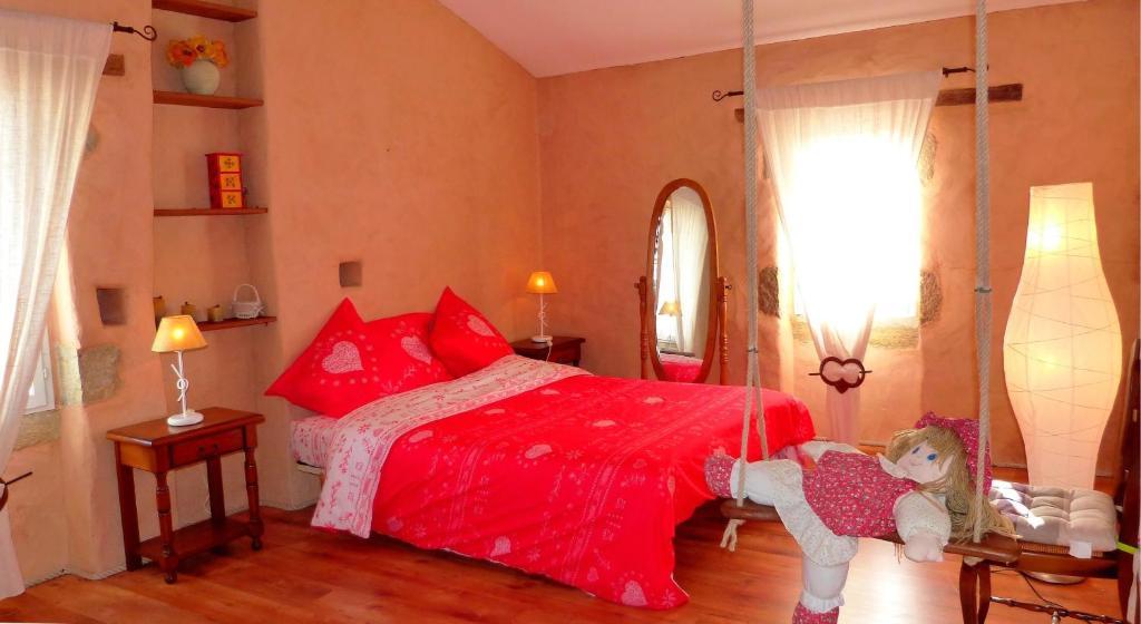 A bed or beds in a room at La Talmondaise - Petit-Déjeuner d'Accueil Offert