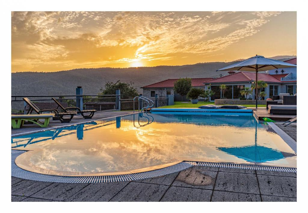The swimming pool at or near Eira dos Canastros