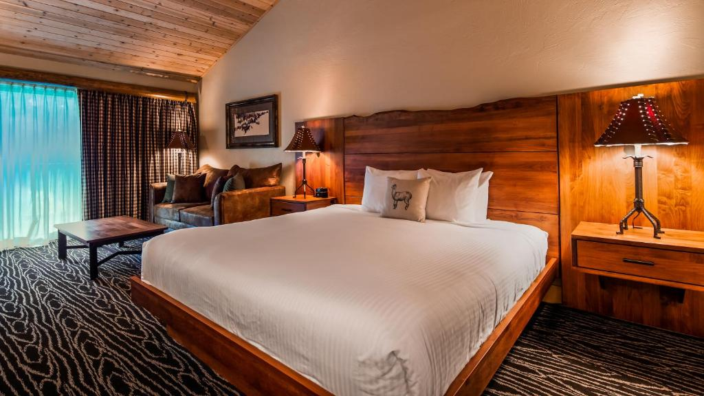 A bed or beds in a room at Best Western Ponderosa Lodge