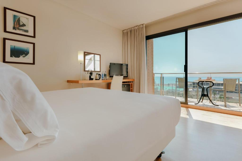 A bed or beds in a room at Hesperia Barcelona Del Mar