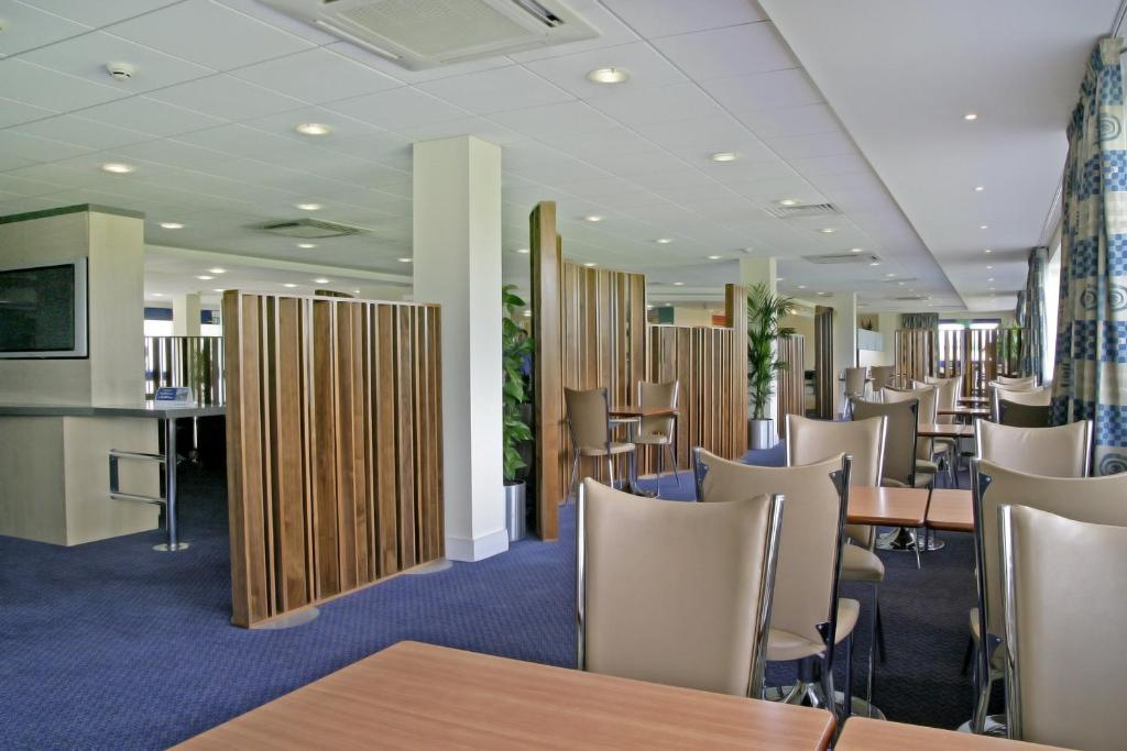 Holiday Inn Express CARDIFF AIRPORT - Laterooms