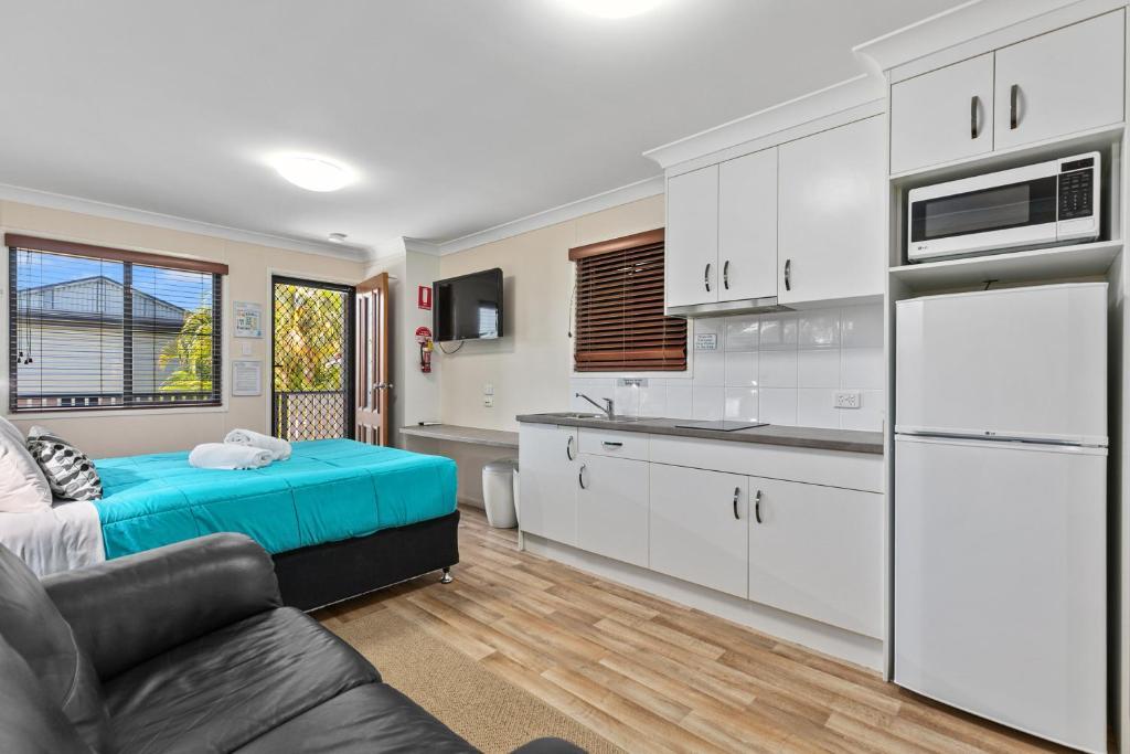 A kitchen or kitchenette at Palms Hervey Bay