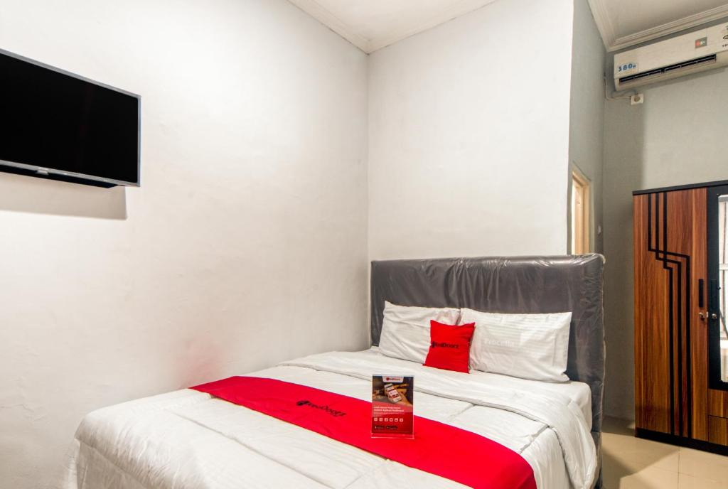 A bed or beds in a room at RedDoorz near Graha Cijantung Mall
