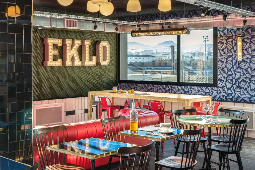 A restaurant or other place to eat at Eklo Clermont Ferrand Centre Gare