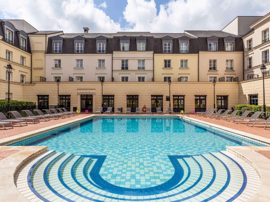 The swimming pool at or near Adagio Serris Val d Europe