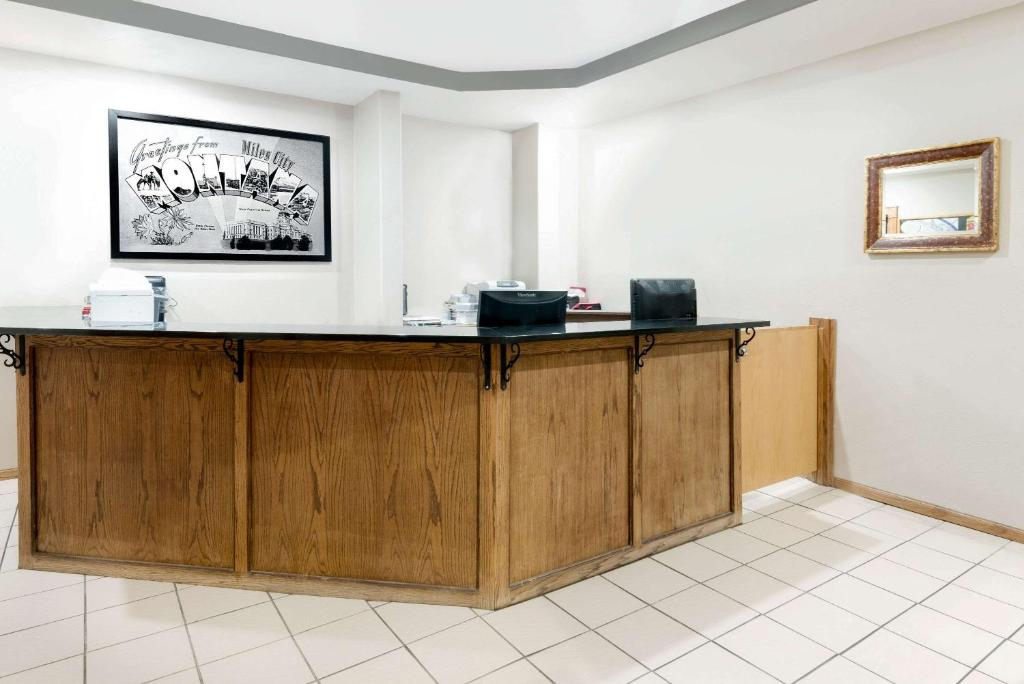 The lobby or reception area at Super 8 by Wyndham Miles City