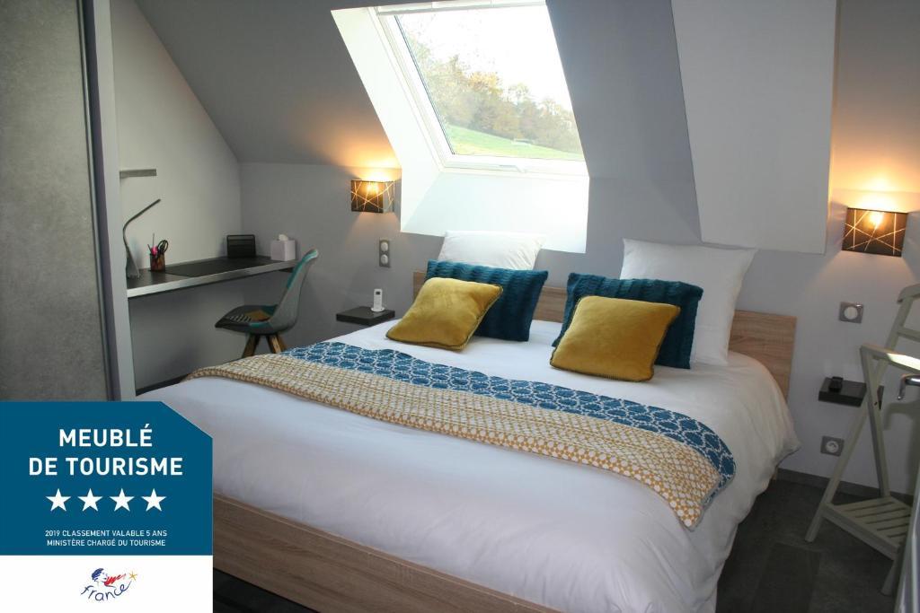 A bed or beds in a room at A 20 kms du Mont St Michel, Charme à la campagne
