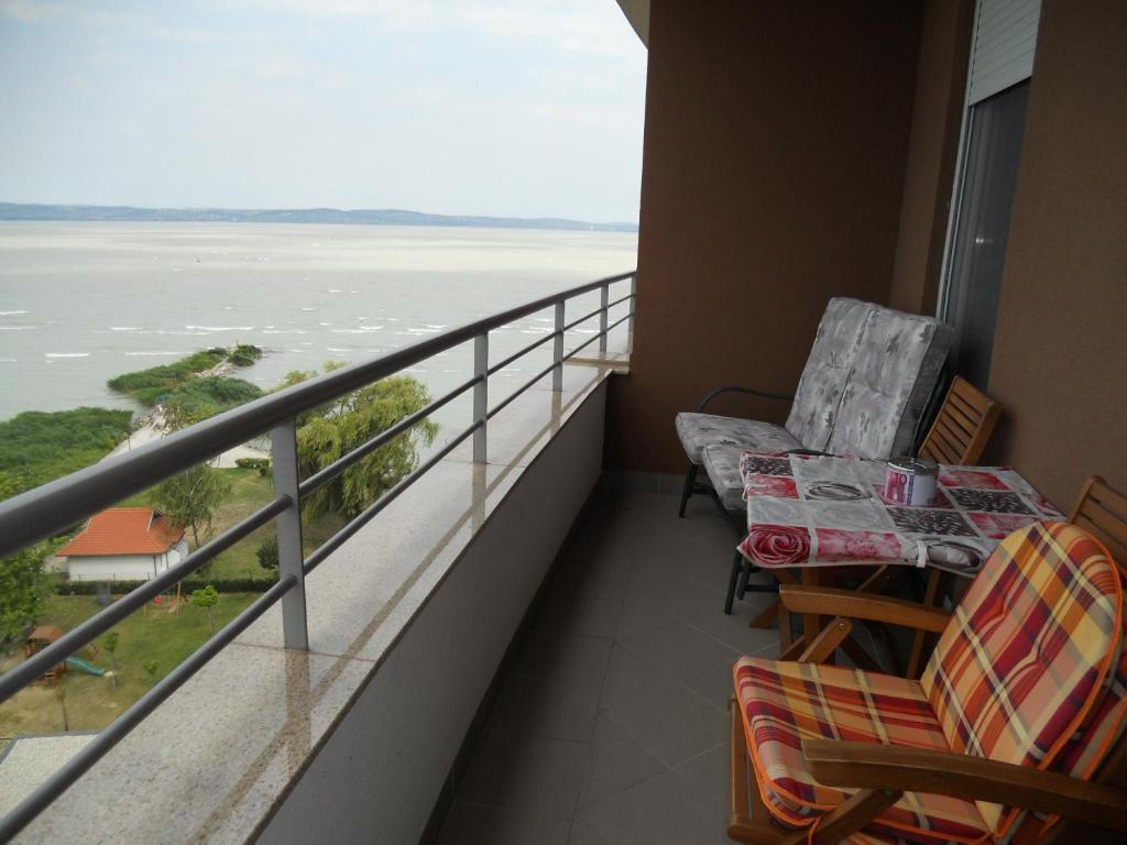 A balcony or terrace at La Perla Wellness Apartman