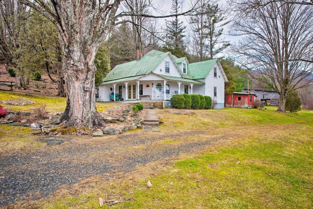 Lil Red Hen Cottage in the Boone Area with Hot Tub