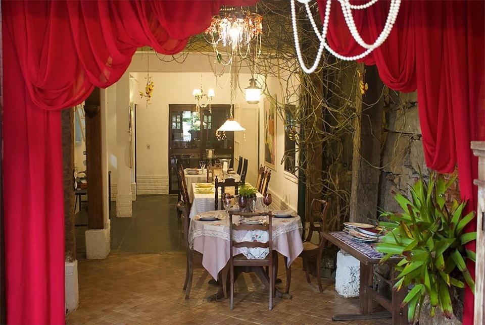 A restaurant or other place to eat at Pousada Casa dos Poetas