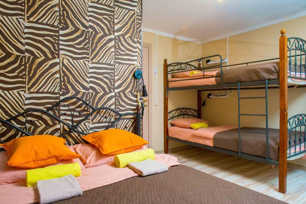 Двухъярусная кровать или двухъярусные кровати в номере Хостел Астра на Арбате