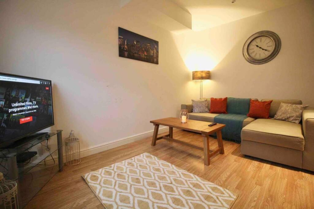 A seating area at #StayHere 5 - Sleeps 10, Close To Leeds City Centre