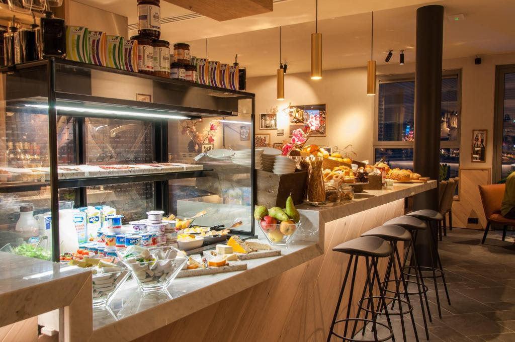 A restaurant or other place to eat at Hotel Indigo Antwerp City Centre, an IHG Hotel