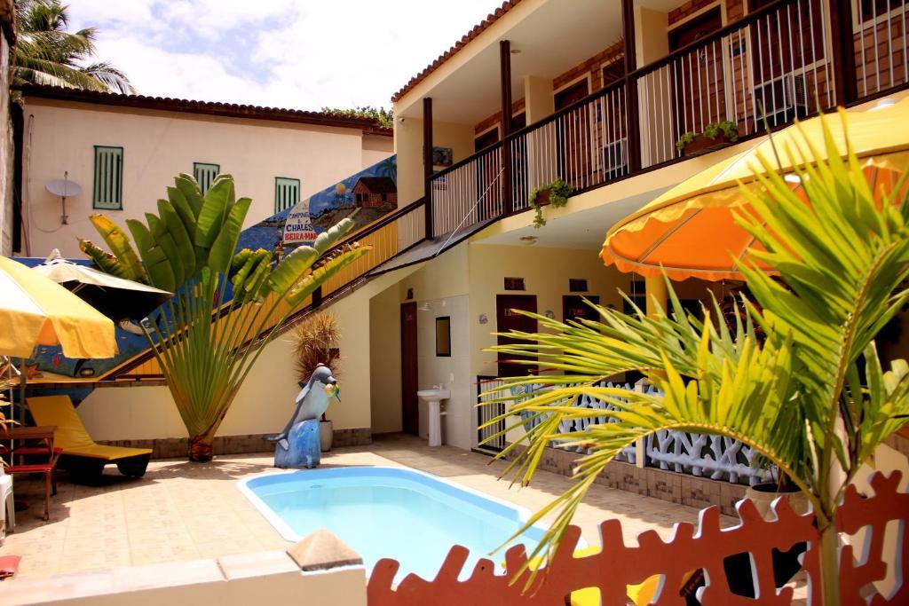 A piscina localizada em Camping e Chalés Beira Mar ou nos arredores