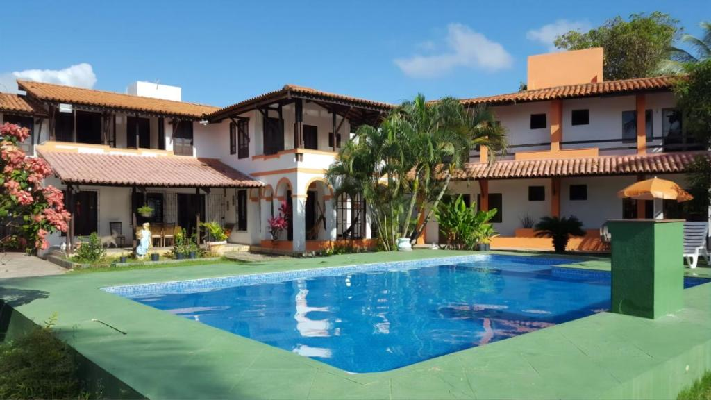 The swimming pool at or close to Farol de Itapuã B£B
