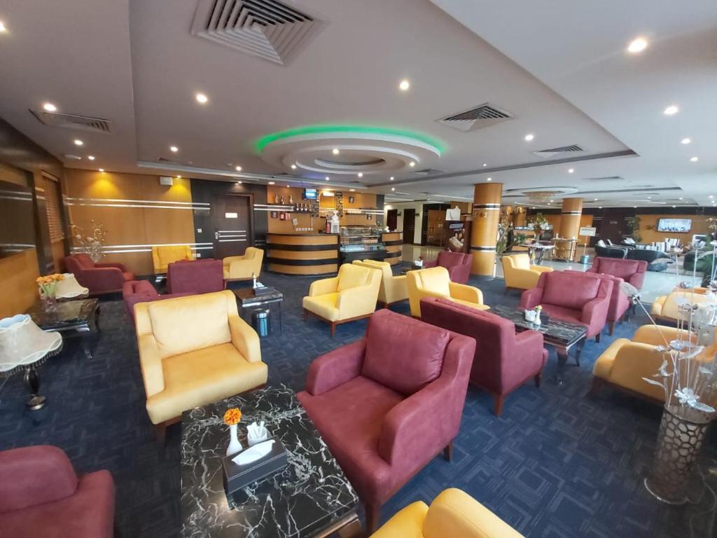 Um restaurante ou outro lugar para comer em Almasem Luxury Hotel suite 6