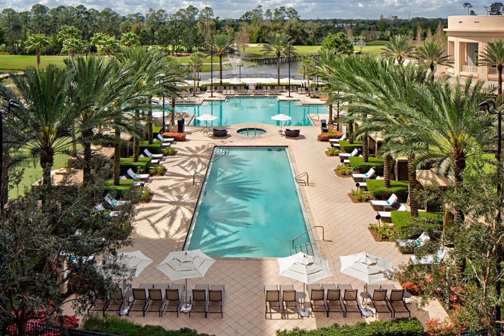 Ein Blick auf den Pool von der Unterkunft Waldorf Astoria Orlando oder aus der Nähe
