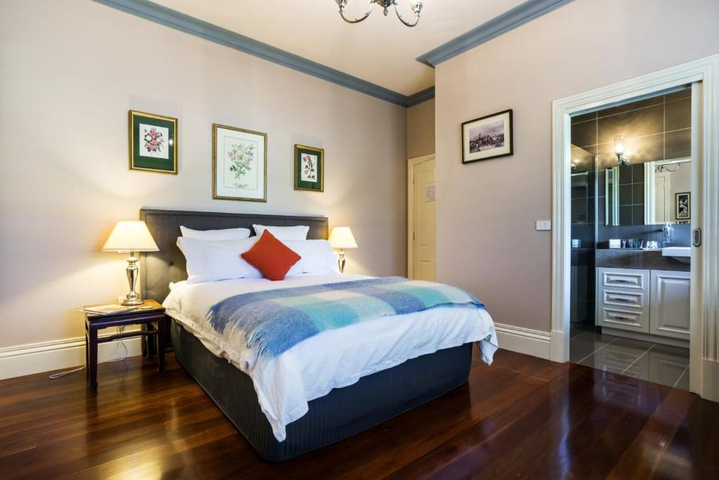 A bed or beds in a room at Tallawarra Homestead