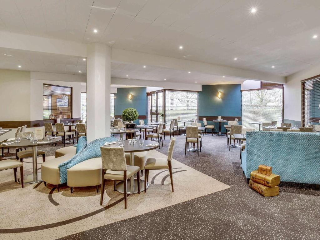 A restaurant or other place to eat at Mercure Maurepas Saint Quentin
