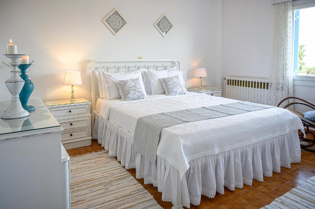 A bed or beds in a room at Traditional House Milos
