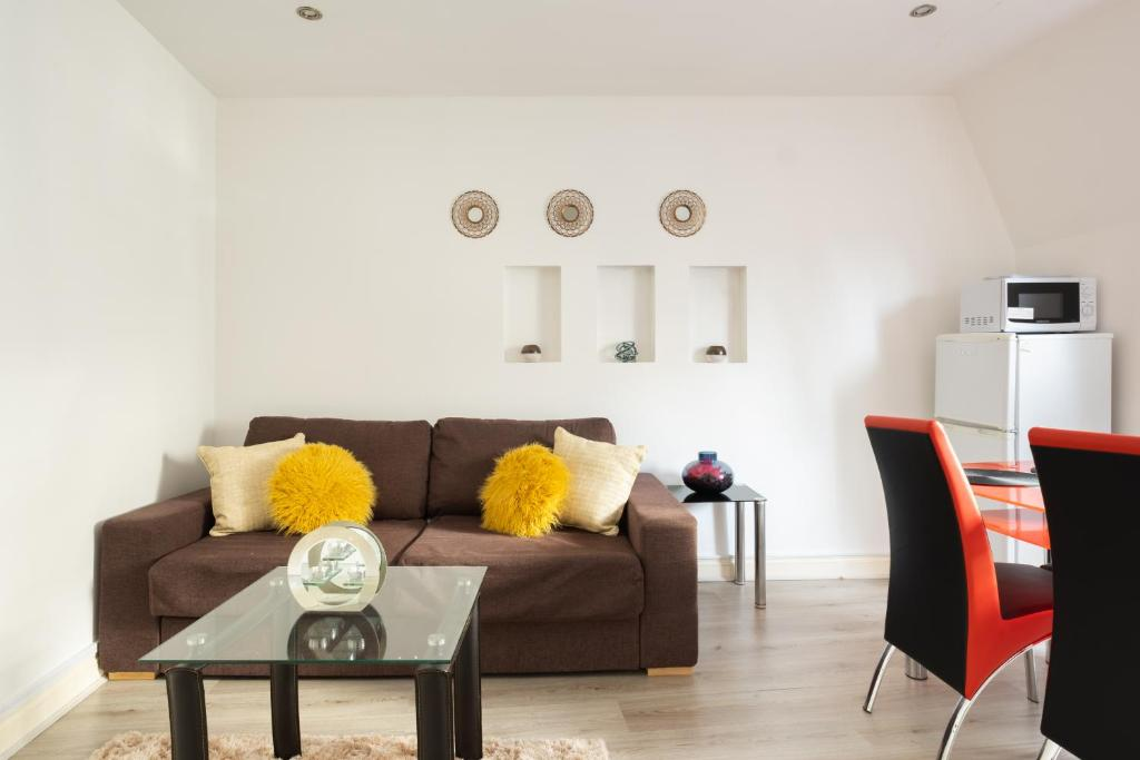 A seating area at 1 & 3 Bedroom Apt by Sensational Stay Serviced Accommodation - Adelphi Suites