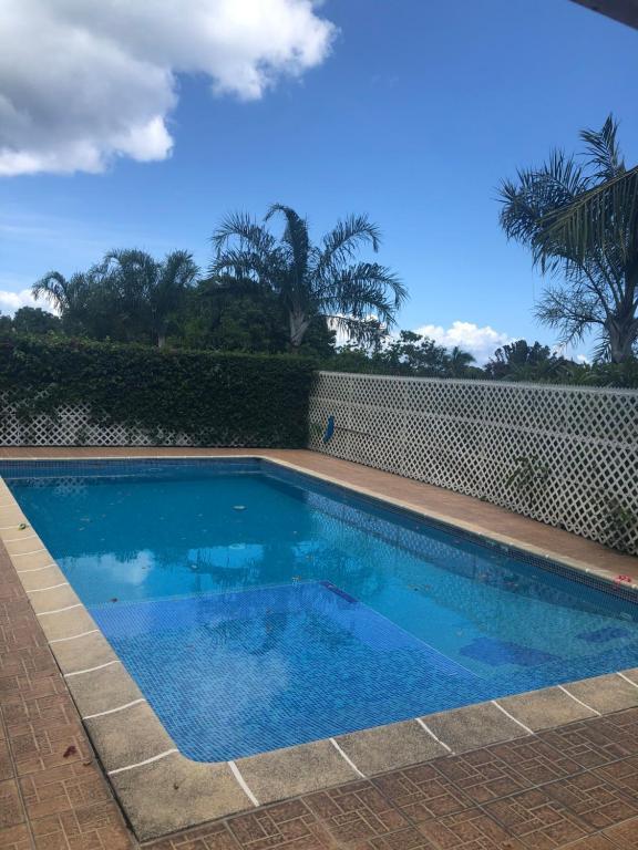 A piscina localizada em TAHITI studio B&B ou nos arredores