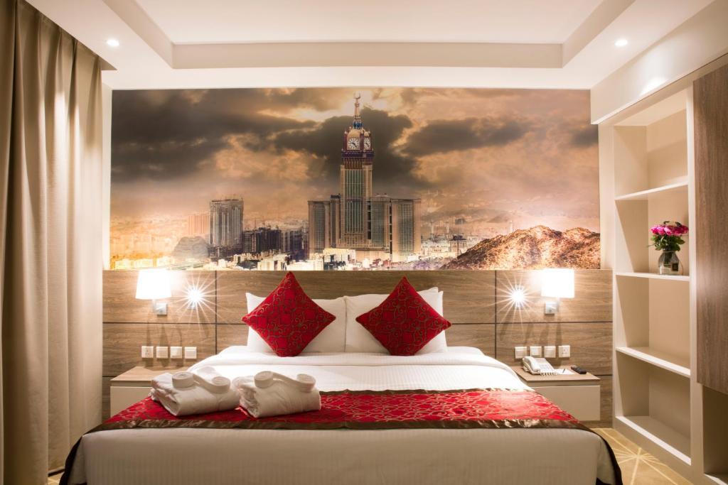 سرير أو أسرّة في غرفة في Hibatullah Hotel Makkah managed by Accorhotels