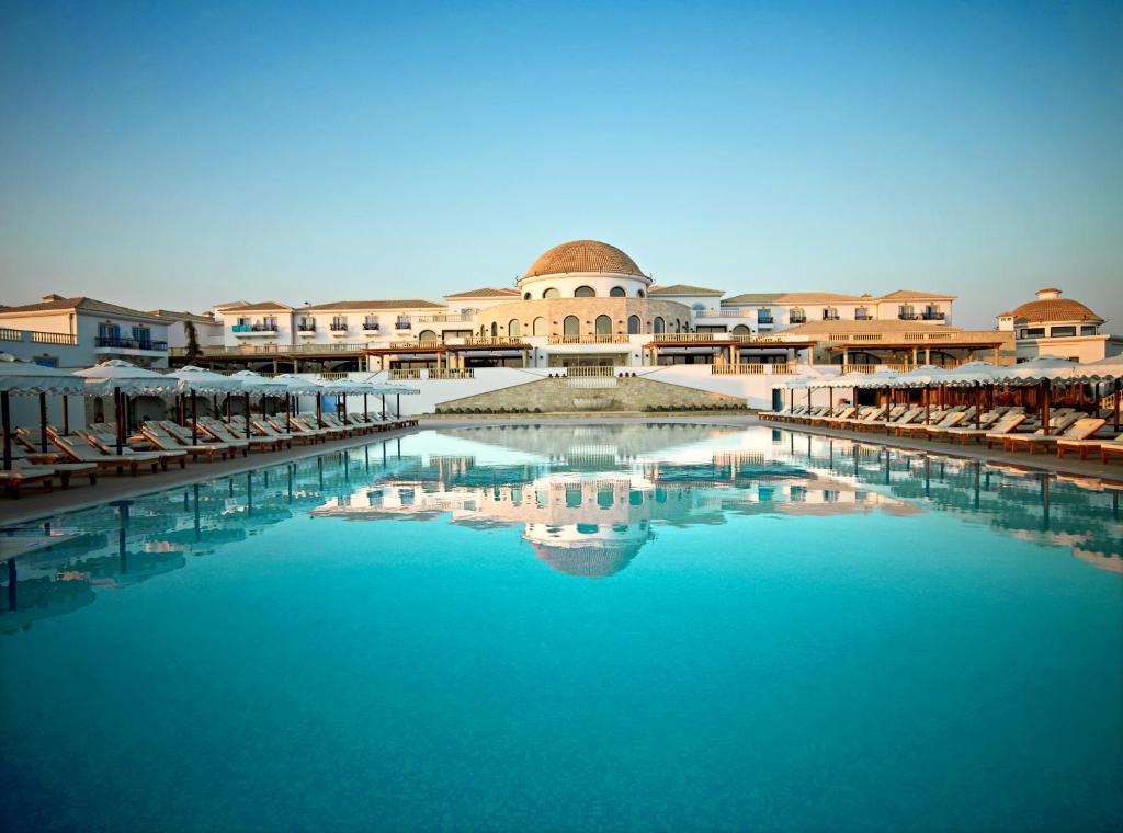 Бассейн в Mitsis Laguna Resort & Spa или поблизости
