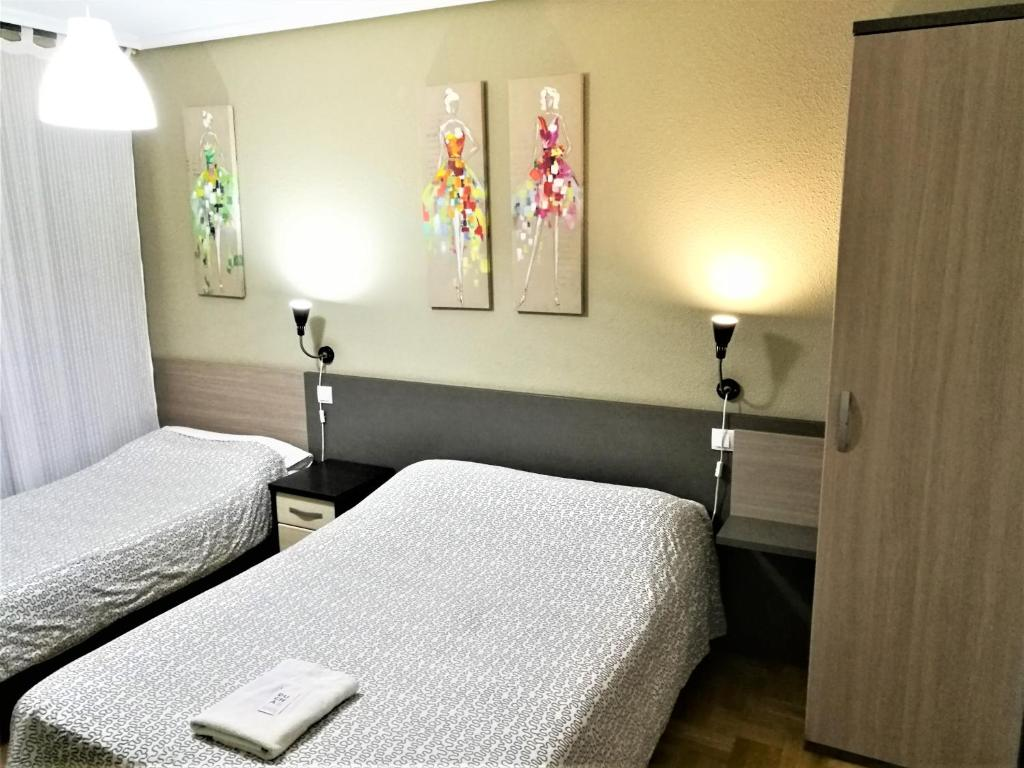 A bed or beds in a room at Pension Santiago