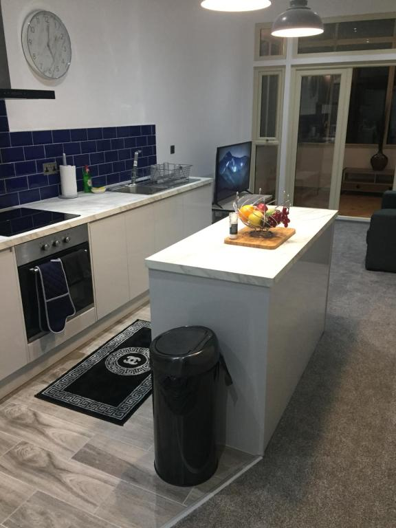 A kitchen or kitchenette at Modern Apartment Central Doncaster