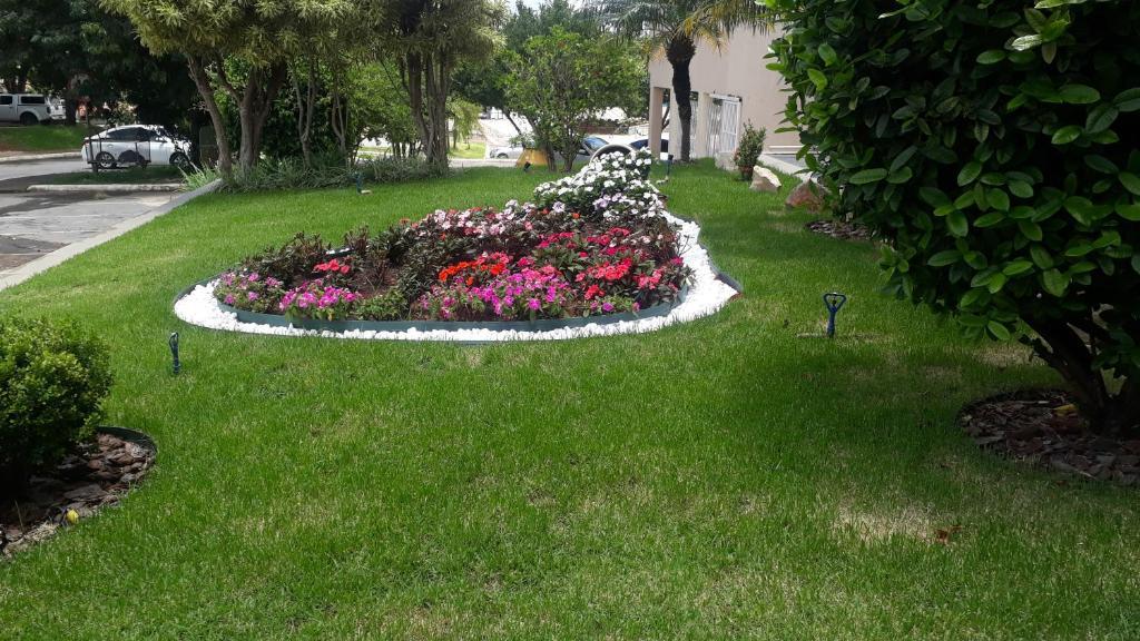 A garden outside Ilhabela Park Hotel