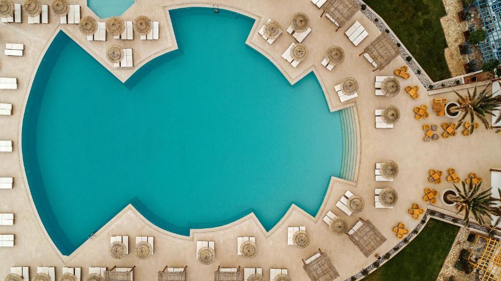 Вид на бассейн в Mitsis Rinela Beach Resort & Spa или окрестностях