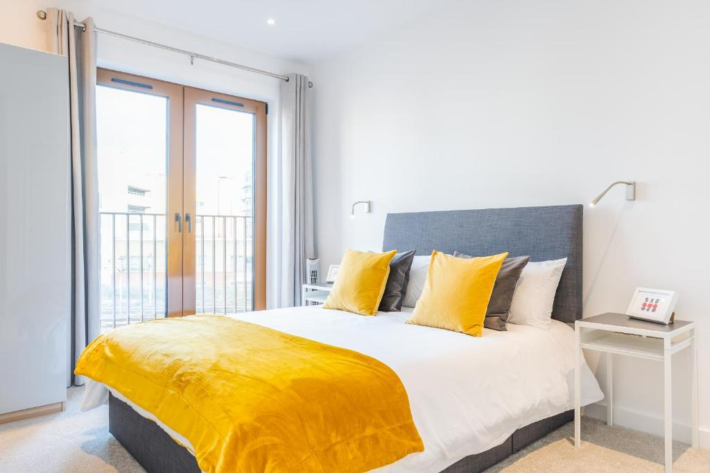 A bed or beds in a room at St Albans 2 Bed Luxury City Apartment, 5 mins walk to Train & Allocated Parking