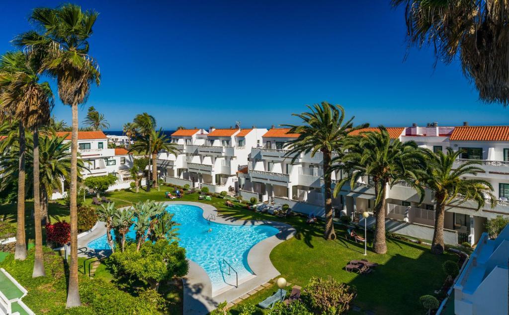 Uitzicht op het zwembad bij Apartamentos Los Rosales of in de buurt