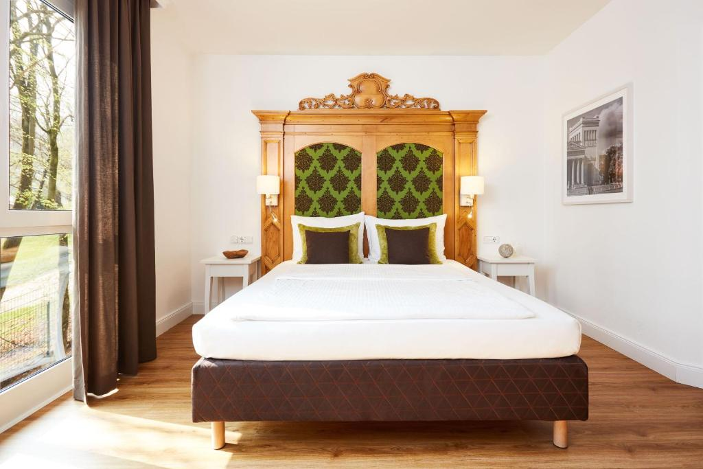 A bed or beds in a room at Hotel Prinzregent München