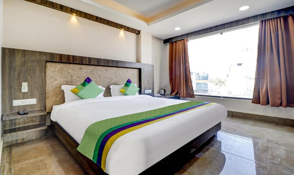 A bed or beds in a room at Hotel Bikalal, Bikaner