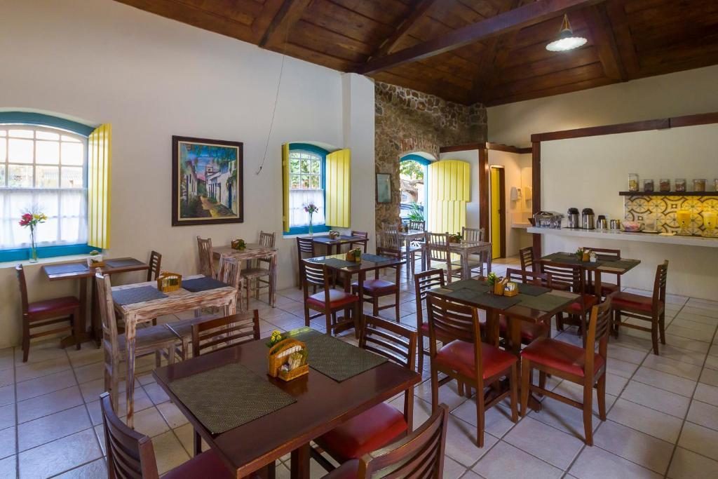 A restaurant or other place to eat at Pousada Vila do Porto