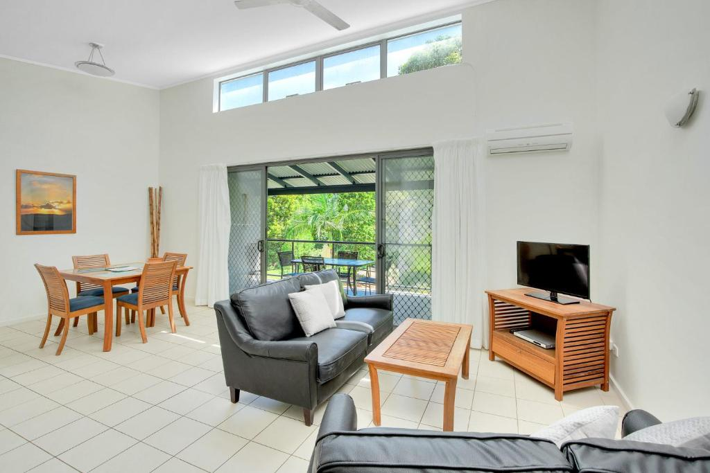 A seating area at Baden 46 - Rainbow Shores, Walk To Beach, Top Floor, Air conditioned Unit, Pools