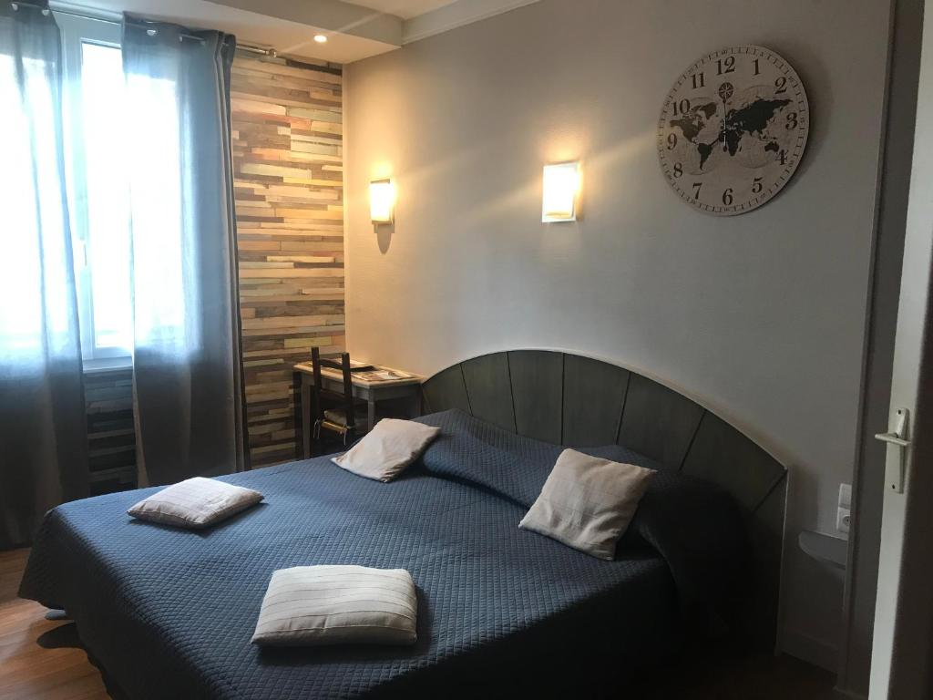 A bed or beds in a room at Hotel Bernieres