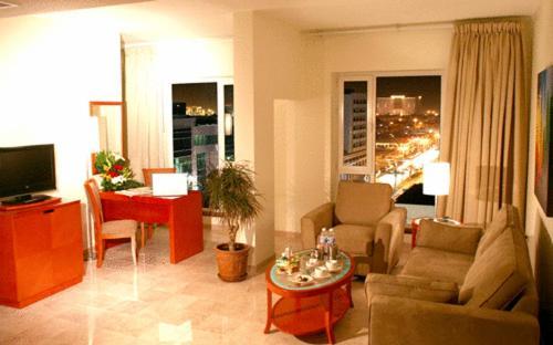 Uma área de estar em Al Nimran Hotel