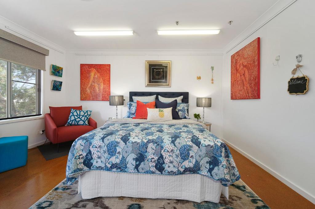 A bed or beds in a room at Marche Home Stay, Immaculate Presentation, Private & Relaxing