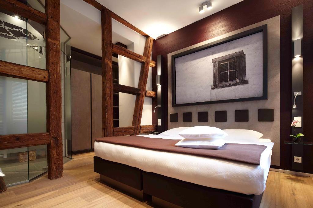 A bed or beds in a room at Hotel und Weinhaus Zum Krug