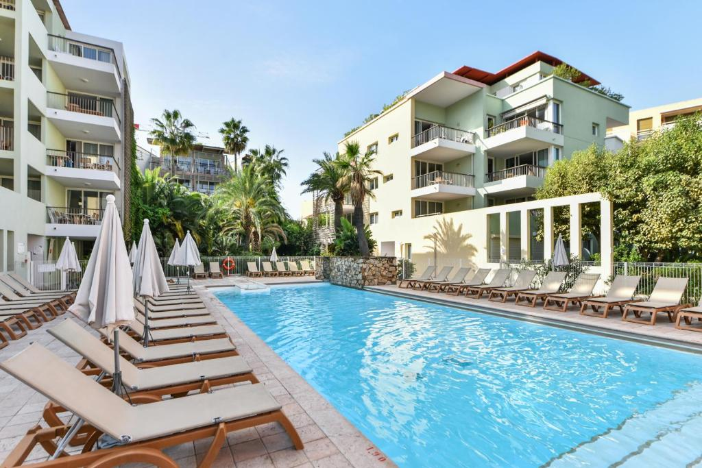 The swimming pool at or close to Résidence Pierre & Vacances Premium Port Prestige