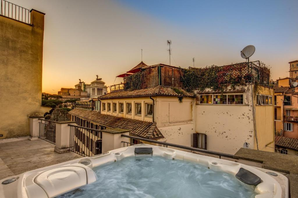 The rooftop jacuzzi at the Residenze Argileto Terra.