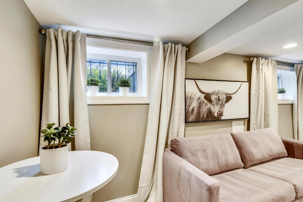 A seating area at Serene One Bedroom