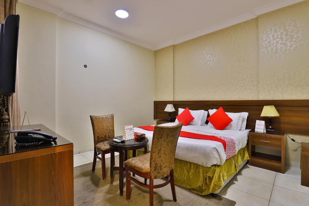 سرير أو أسرّة في غرفة في OYO 421 Hyatt Jubail Hotel