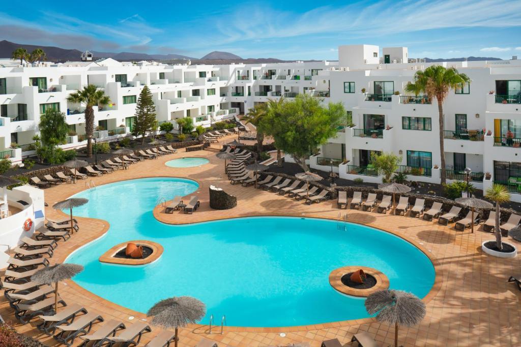 Uitzicht op het zwembad bij Apartamentos Galeon Playa of in de buurt