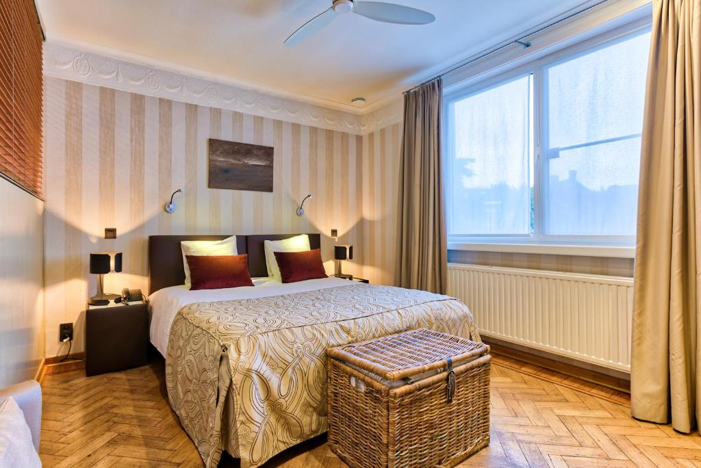 A bed or beds in a room at Hotel Astoria Gent
