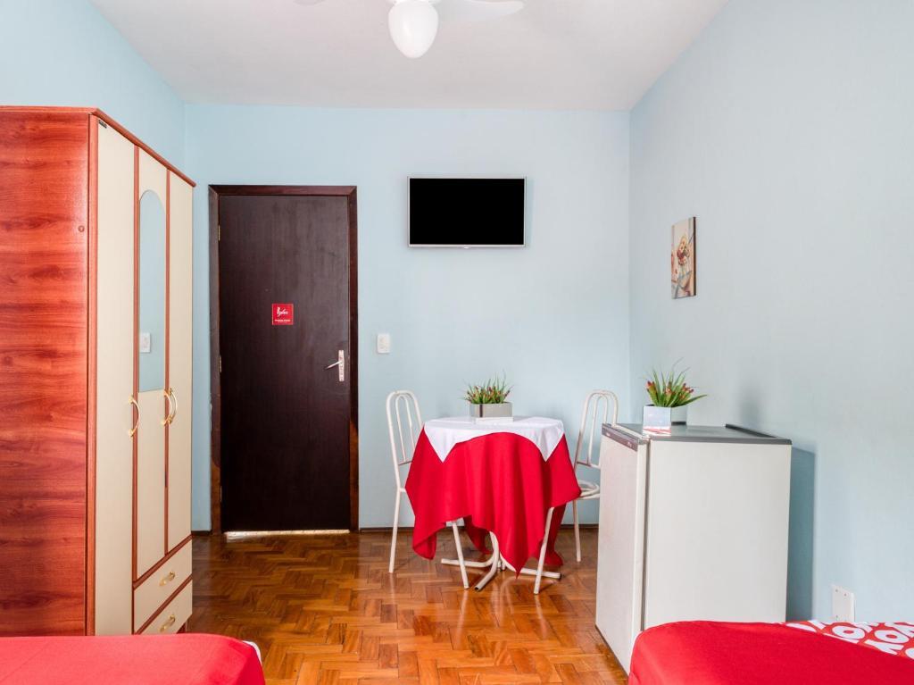 Uma TV ou centro de entretenimento em Palace Hotel Itapira