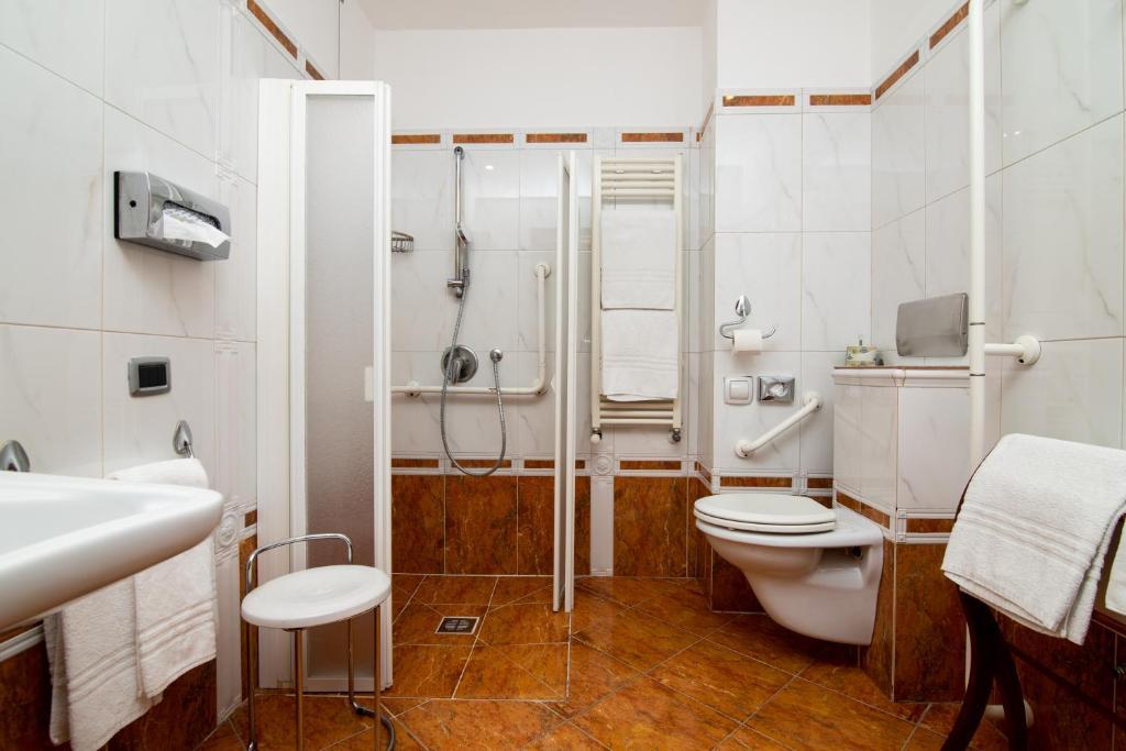 A bathroom at Millennhotel